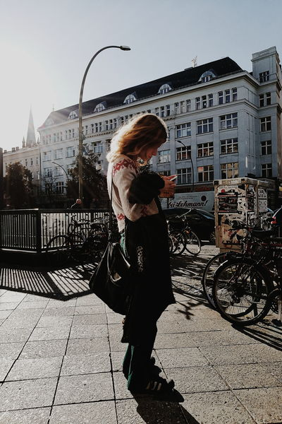 Sunlight Lifestyles City Life Outdoors HuaweiP9 Hanging Out Taking Photos Mobilephotography Eye4photography  Street Photography Still Life Vscocam Portrait People Watching Woman Capture Berlin Portrait Of A Stranger Portrait Of A Woman Women Around The World The Street Photographer - 2017 EyeEm Awards The Portraitist - 2017 EyeEm Awards