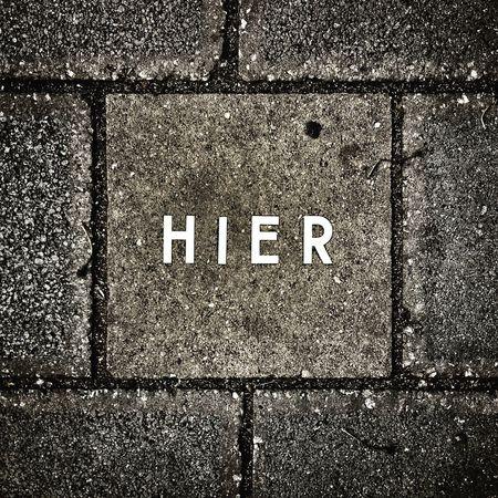 Hier Gehweg Streetart Text Communication Sign Western Script Full Frame Capital Letter City Footpath Close-up