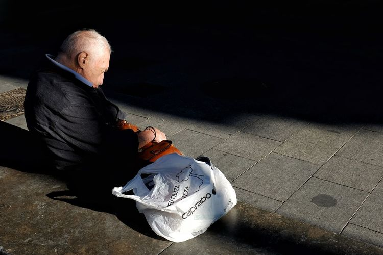 Candid Candid Photography Streetphotography Street Photo Street Photography Nap Photography Old Man Light And Shadow Men Shadow Full Length Close-up