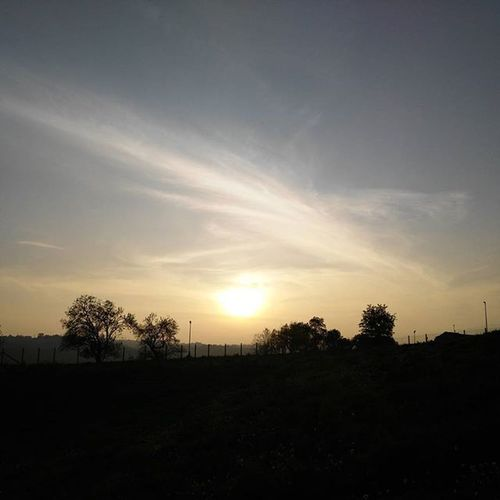lasciarsi coccolare dal sole...e assorbirne l'energia positiva.👀🌞🌌🔥Tramonti Speranze Sogni Calore Immaginazione Pensieripositivi Picoftheday Photooftheday Autumn