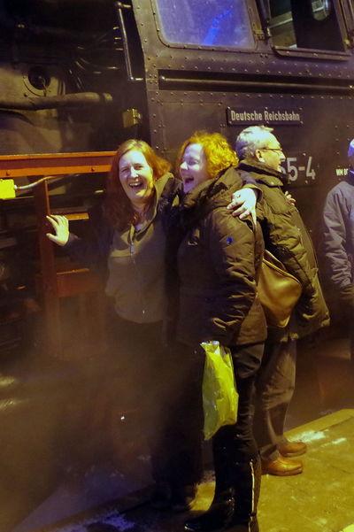 Erinnerungsfoto (Dampflokfahrt) Bahnhof Bahnsteig  Dampflok Dark Draußen Dunkel Freunde ♥ Friends ❤ Lachen Laugh Original Experiences Outdoors Pasewalk Platform Station Steam Locomotive