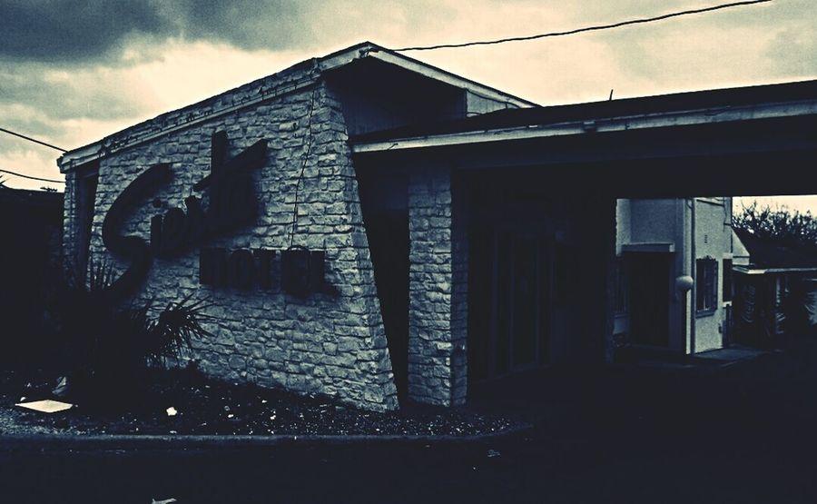 Siesta motel. Motel San Antonio Chupacabra Disco