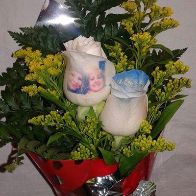 Ramo de dos rosas, una de ellas azul y otra tatuada con una fotografia, visitanos en nuestra web de flores a domicilio www.graficflower.com y sorprendel@s . Rosasazules Rosaazul Rosas Rosasoriginales Flores Floristerias Floristería Regalosdecumpleaños Regalo Regalos Regalooriginal Flowerslovers Flower Floweroftheday