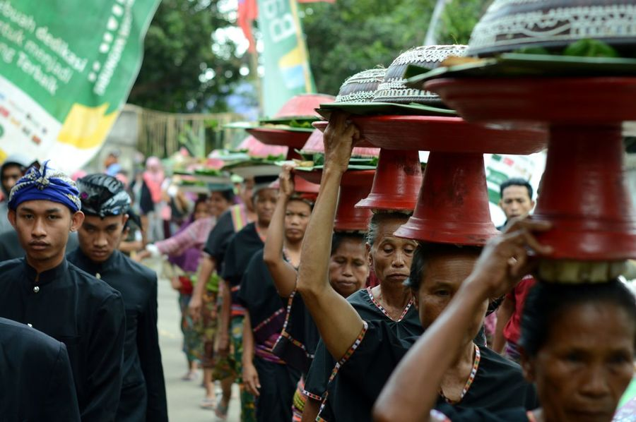 """The accompaniment of the carrier of the offering in the cultural event """"Perang Topat"""" in the village of lingsar - Lombok Island #fg_begerusuk Religion Culture A New Perspective On Life Crowd Parade Traditional Festival Festival Carnival"""