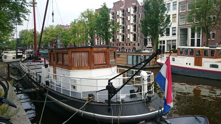Unos Barcos que Navegan por los Canales de Amsterdam en Holanda
