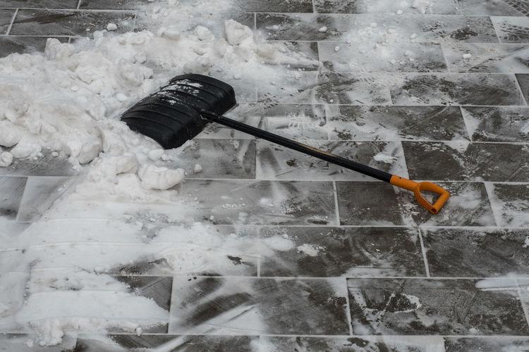 Лопата и снег в