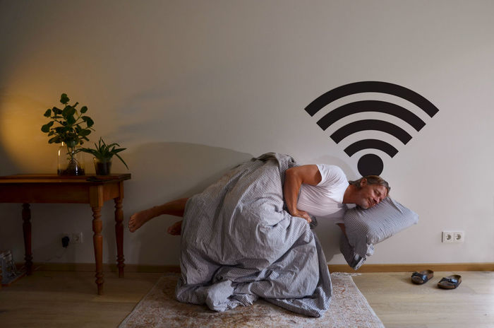 Funny Icon Internet Addiction WLAN-router Bedroom Casual Clothing Domestic Room Full Length Furniture Home Interior Indoors  Insomnia Internet Leisure Activity Lifestyles Men One Person Online  Piktogram Real People Schwebend Skuril Sleep Sleeping Standing Stehend Tisch Wall - Building Feature