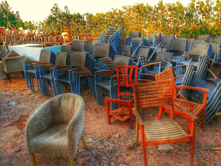 Sessel. Stühle. Müll. Abstellfläche Armchair Armchairs Armchairs Outside Chairs And Tables Chairs Seats Outside Photography Rubbish Shelf Wood - Material Wood Chair Old Muebles Furnitures Furniture Details Furniture Shopping Sitting Outside Sit Seat Sitting On A Bench Sitting Down Sit Down And Relax Sit Down Area Old Used Chair