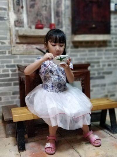 乡居 在板凳上吃饭吃饭的小女孩 家居 乡村 民俗 Full Length Child Childhood Sitting Cute