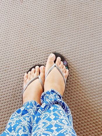 weird Feetselfie Feets Human Body Part Feet Story Toes Weird Feet Weirdart Weirdo Weird Stuff Down 10 Toes High Angle View Personal unevenly Uneven Different Is Better . ❤ Different Different Shapes Standing Personal Perspective Real People Togs Shoes For Today Havaianas Sandals Sandal