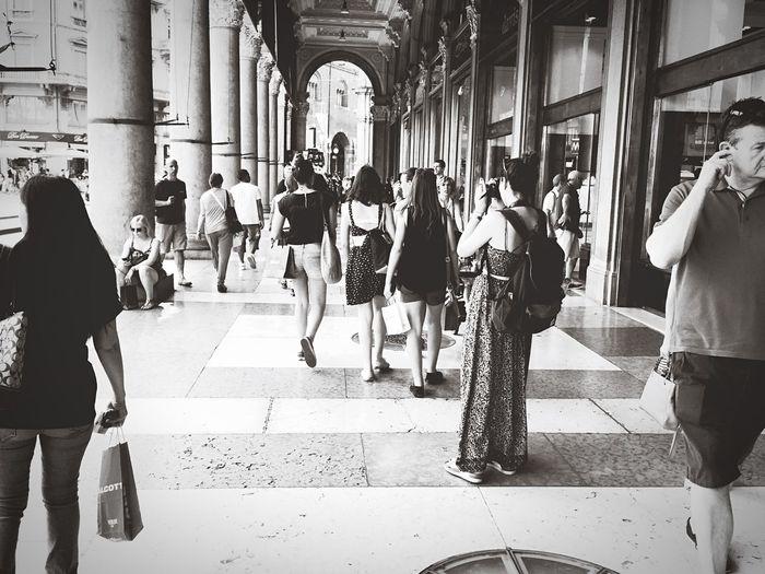 Shopping EEA3-Milano Milano Milan Streetphotography Soaking Up The Sun Summer