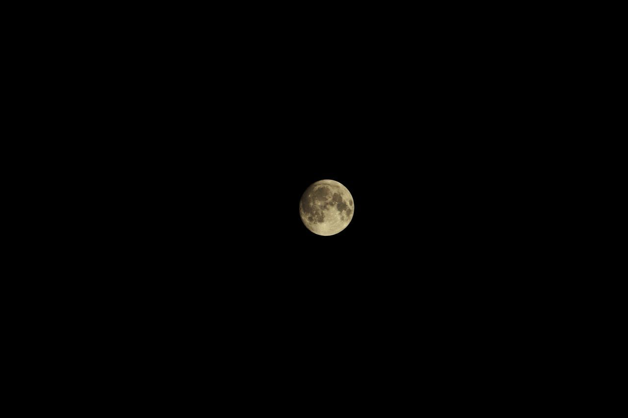 moon, astronomy, moon surface, full moon, planetary moon, night, nature, beauty in nature, copy space, scenics, tranquil scene, tranquility, half moon, no people, low angle view, clear sky, space exploration, outdoors, space, sky