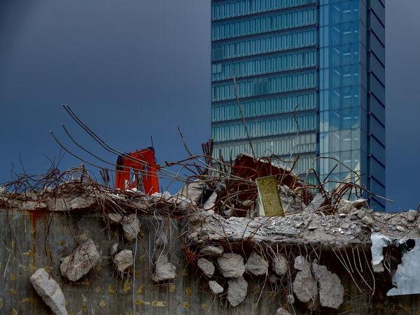 Alt und Neu Abrissarbeiten Broken Damaged Low Angle View Mannheim No People Old Outdoors Ruined Zerstörung