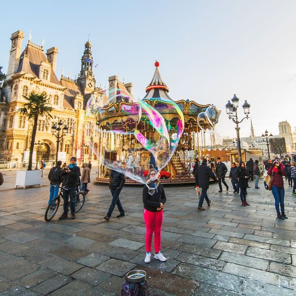 Carroussel Labelleépoque Manège  Paris Bulle Bulle De Savon Tourisme Paris, France  Multi Colored Full Length Celebration City Arts Culture And Entertainment People Travel Destinations Sky Adult Outdoors Large Group Of People Gift Adults Only Day Architecture Laowa12mm Hôtel De Ville