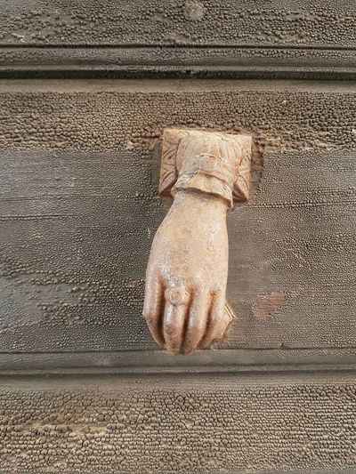 Human Body Part Human Hand Human Hand Representation Toc Toc Toc Toc Toc Old Details Old Fashion Antique Detail Old Door Door With Story Door Knocker Door Knob Nostalgic  Object From The Past Close-up Textures And Surfaces Wooden Texture Old Wooden Door Lieblingsteil