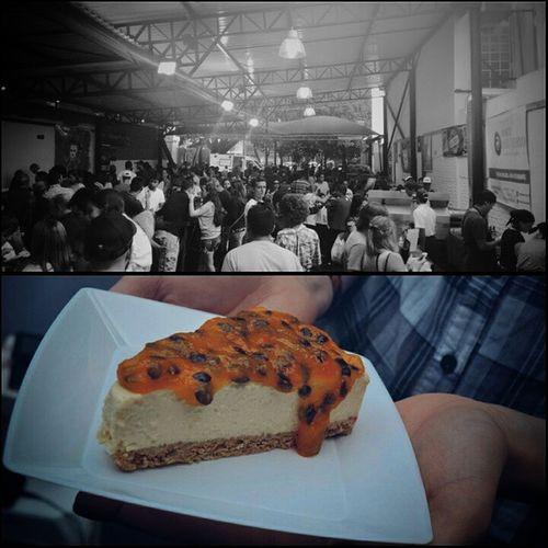 Resumo do dia: Rolê Gourmet de qualidade e um Cheesecake de Maracujá pra fechar com chave de ouro. SP Feiragastronomica Todaygram Beneditocalixto PanelaNaRua VictorsCakes Cheesecake Vscocam Gourmet