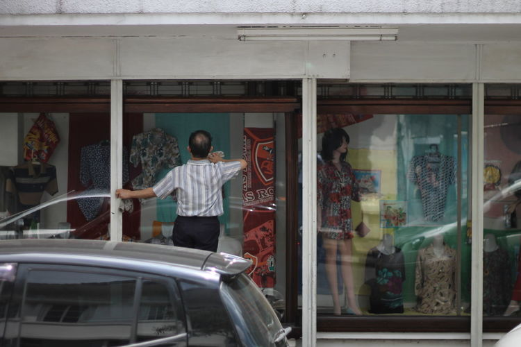 Old people cleaning glass off the street, Bandung 2017 Men Old Old Man Cleaning Mirror Street Streetphotography Bandung Bandung, West Java Bandung Indonesia INDONESIA People Cleaning Glass People Cleaning Cleaning Glasses Glass - Material Window Old Men Cleaning Wi Cleaning Windows Outdoors Day Car
