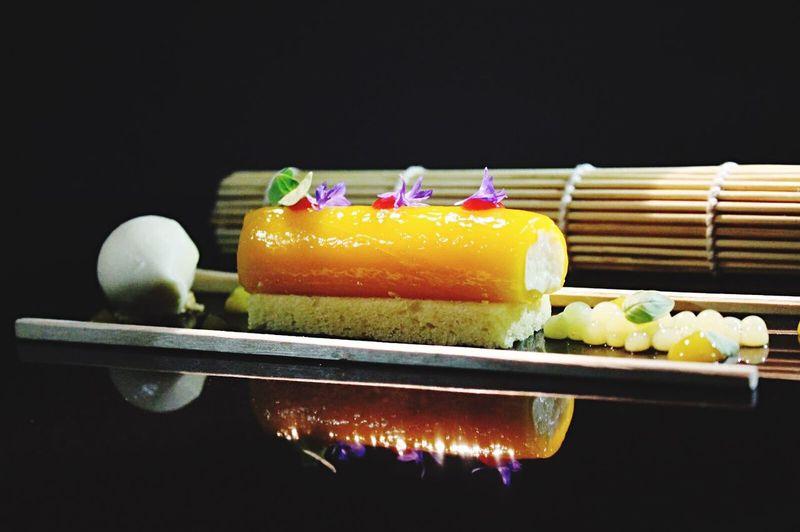 Rollo de mango con helado de granadilla y relleno de arroz con leche Food Foodphotography Dessert