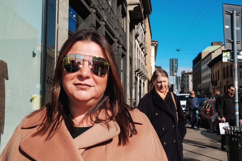 Portrait of woman with sunglasses in city