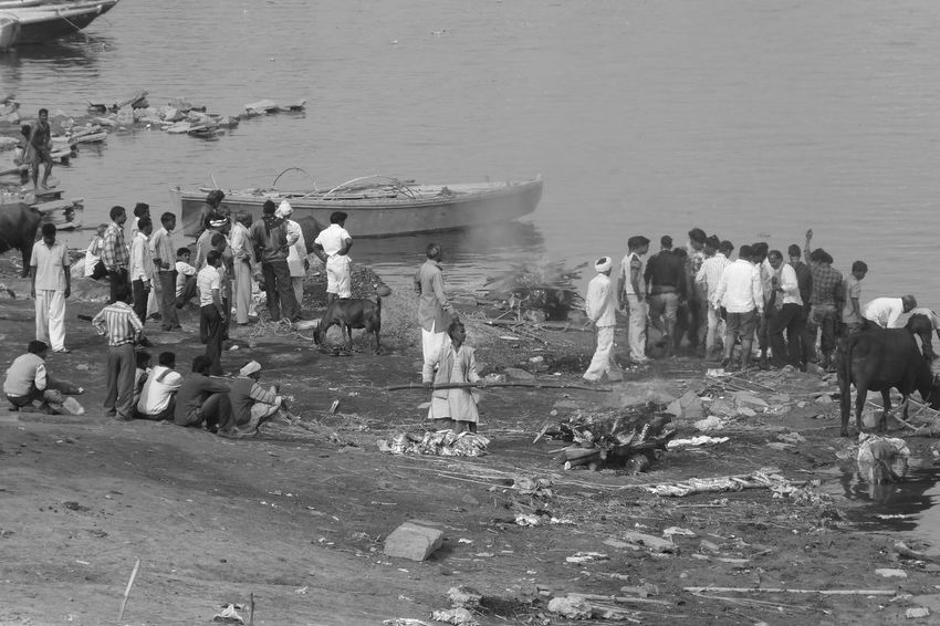 """Cremation_4 Burning ghats are always crowdy, but you hear No cry, No shout. You see No tears. A devotee silence wrap the space. A man in mourning murmurs in my ear : """"An Indian must not show his sorrow..."""". Death Ganges Riverbank Mourning Burning Ghats Cadaver Deuil Dolor Douleur Ghats De Cremation Sorrow Souffrance"""