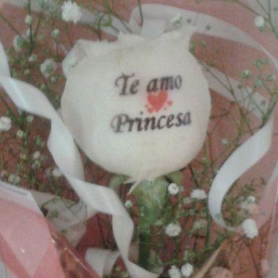 Una rosa natural de nuestra floristeria online Graficflower, sorprendel@s !!!. Www.graficflower.com Rosastatuadas Rosasazules Ramoderosas Ramodeflores  RegaloDeCumpleaños Regalooriginal