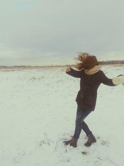 Многие не так радуются снегу,как я .И надо запоминать такие яркие моменты,которые будут греть душу в непростые мгновения жизни Only Women Nature Beauty In Nature One Person First Eyeem Photo Traveling Home For The Holidays Travel