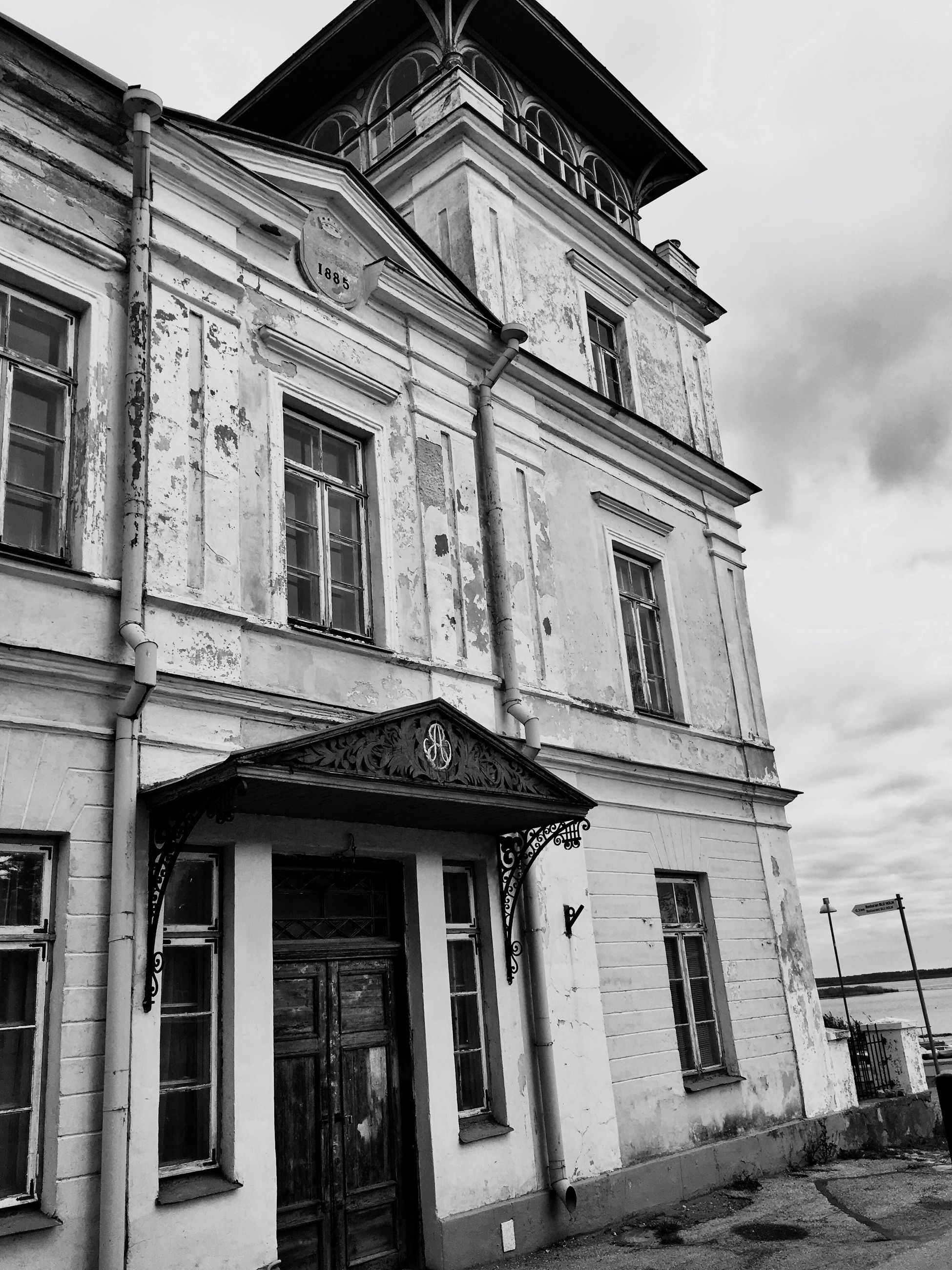 building exterior, architecture, built structure, window, outdoors, low angle view, no people, facade, day, sky, clock, pediment
