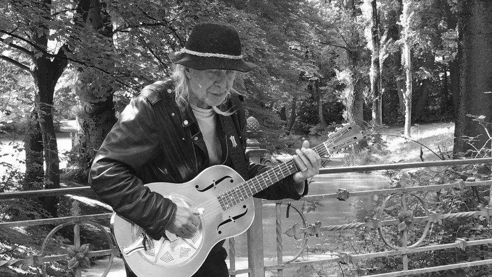 Great musician in Munich Streetphotography Guitar Munich Englischergarten Streetphoto_bw Street Art