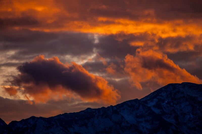 Abendrot über dem Höllengebirge Berge Österreichs Best Shots Hofi Oberösterreich Red Clouds Sun And Shadow Dramatic Sky Stimmungsbild Hofi Alps Austria Hofis Landschaften Stürmisch Dramatischer Wolkenhimmel Schönes Österreich Outdoors