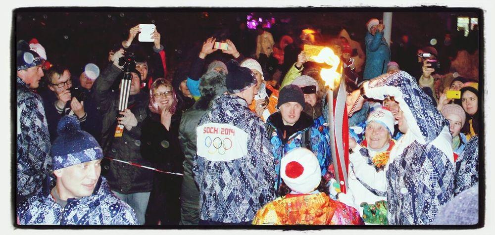 Олимпийский огонь в руках Галины Кулаковой