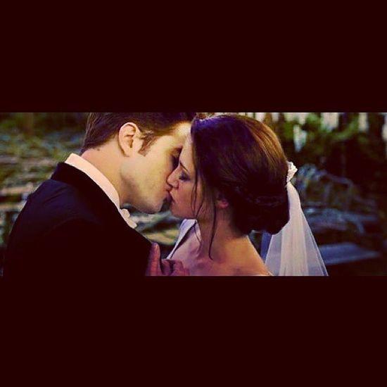 ❝ —Não tenha medo —murmurei. —Nós pertencemos um ao outro. De repente fui dominada pela verdade de minhas palavras. Aquele momento era tão perfeito,tão certo,que não havia dúvidas. Seus braços me envolveram,apertando-me contra ele (...) —Para sempre —concordou ele. ❞ — Breaking Dawn (Amanhecer) ❤ Loveforever TwilightSaga Twilightforever Breakingdawn EdwardeBella CasalPerfeito MelhorSaga MelhorCasal Lindos