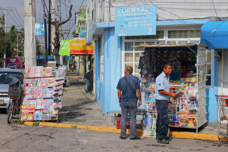Negocio minimo Ayuda significante Architecture Built Structure Casual Clothing City City Life Day Full Length Leisure Activity Lifestyles Market Market Stall Outdoors Periodismo Para Todos Poverty Retail  Small Business Store