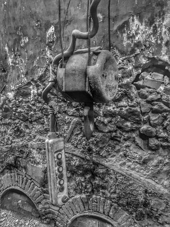 Grua Metal No People Day Old Wall - Building Feature Rusty Run-down Chain Abandoned Machine Part