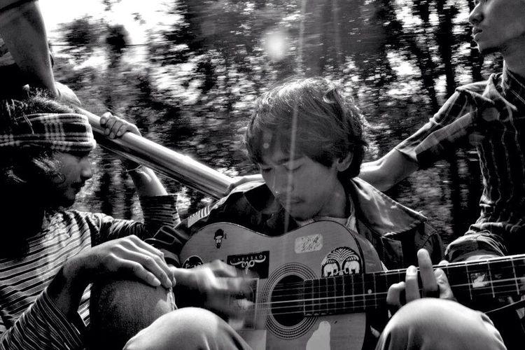 Making Music On The Road. Enjoying Life Journeys Monochrome People_bw Make Magic Happen