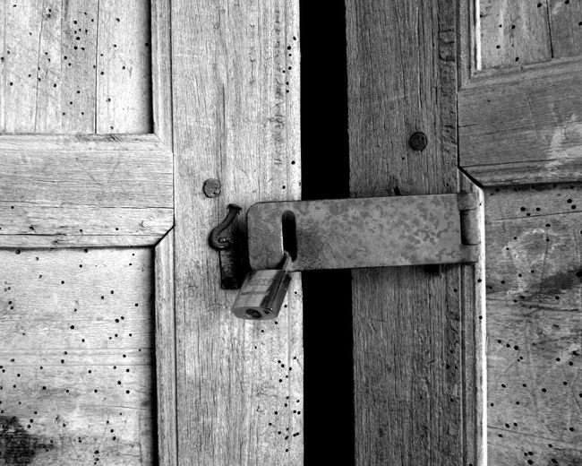 Blanco Y Negro Candado Cerradura Close-up Doors Locked Luz Pasado Puerta Sombra Wood - Material