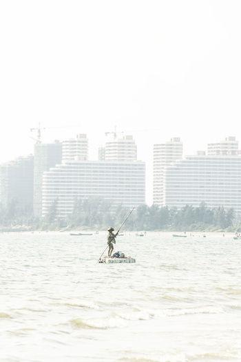 遮阳深笠帽,临风布衣飘,风尘权放眼,江湖撑一篙。 Water Built Structure Architecture Lifestyles Outdoors Sea Fisherman Building