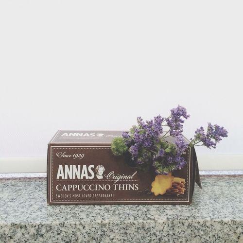 Flower Cappucino Thins Annas 가끔 나도 이해못할 내 감성, 싱크대에서 꽃 다듬다가 옆에 있던 과자 상자에 꽃꽂이하기