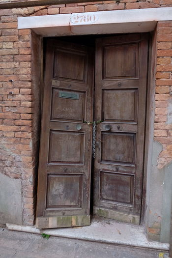 Toc toc Door Closed Entrance Wood - Material Doorway Architecture Outdoors No People Built Structure Old-fashioned Close-up Venetian View