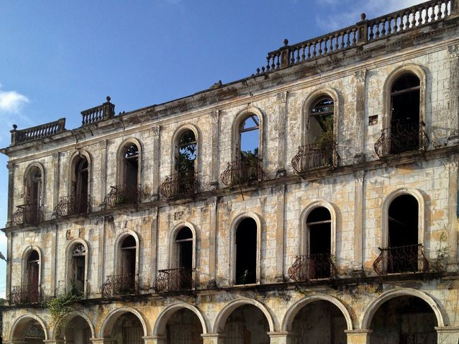 The old facade Arch Architecture Arquitectura Built Structure Cuba Edificio Façade Low Angle View No People Outdoors Sky The Past Tourism