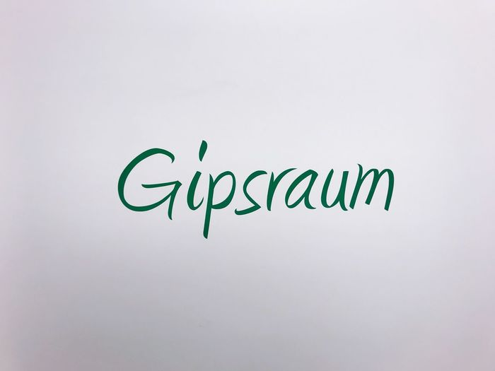 Gipsraum Arzt Gipsraum Gips Text Western Script Communication Studio Shot Copy Space No People Indoors  Green Color White Color Wall - Building Feature Creativity Single Word Handwriting  Script Non-western Script Capital Letter Message White Background Close-up Paper