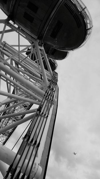 Outside Iron Clouds United Kingdom Europe Travel Destinations England Cloudy Day Explore Round View Airplane LondonEye Riesenrad Sightseeing City Blackandwhite Blackandwhite Photography Themse Tourist Attraction  Grey