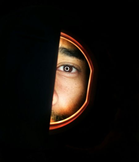 Eyeball Aro De Luz Lights Only Men Close-up Spy Men Illuminated One Person Faces Of EyeEm Portrait Looking At Camera Followme Caracas,venezuela Lifestyles EyeEmNewHere EyeEm Best Shots Fun One Man Only Black Background People Human Eye Adult Fotoproducto Photography