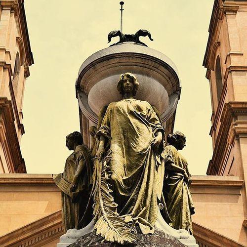 Los ojos de las estatuas lloran su inmortalidad. Serie: UnDiaMasEnLaCiudadDelCaos Argentina Buenosaires
