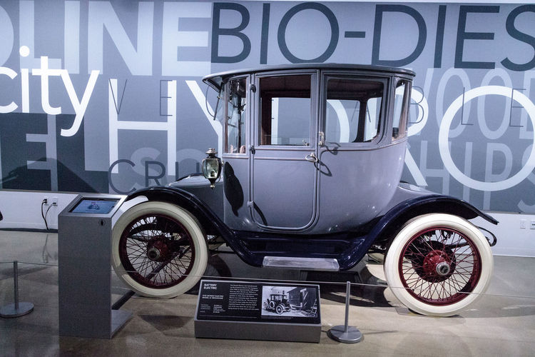 Los Angeles, CA, USA - March 4, 2017: Battery powered 1915 Detroit Electric Model 61 Brougham at the Petersen Automotive Museum in Los Angeles, California, United States. Editorial only. 1915 Antique Antique Car Battery Classic Car Classic Cars Detroit Electric Model 61 Old Old Car Petersen Automotive Museum Vintage Cars