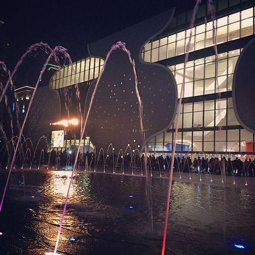 這裡晚上也很漂亮🌃 可是好多人🎆 👍公有地下停車場免費停車到12月底 台中歌劇院 水舞秀 Taiwan