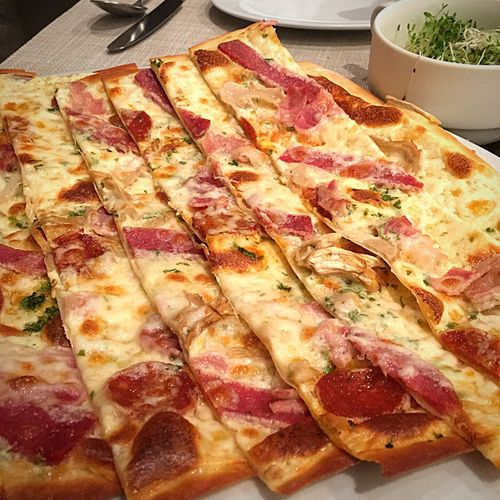 EyeEm Gallery Pizza Italian Food Pannizza Cheese Ham Onions Dinner No People Indoors  Close-up Thincrust Foodphotography