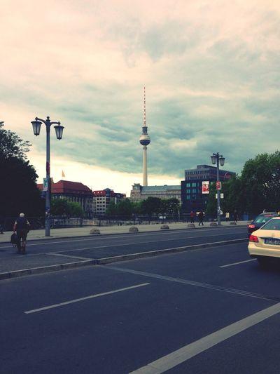 Immer wieder eine Ehre Sie zu besuchen, Mr. Berlin. Das Wetter könnte aber ein bisschen besser sein.