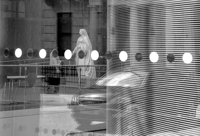 The Queen Queen Riflessi Londra LondonEye Blackandwhite Victoria London Blackandwhitephotography LondonStyle Streephotography Streetstyle Architecture Architecturelovers Reflection Victoria Queenvictoria Dots Windowview Ontheroad Travel Travelingtheworld  EyeEm LOST IN London