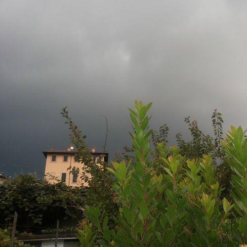 Ok ora sono sinceramente sconvolta. . neanche in Inghilterra piove così tanto!!! Sonostancadiquestotempo Doveèfinitoilsole Rainy Days Missing Sun Sadstory