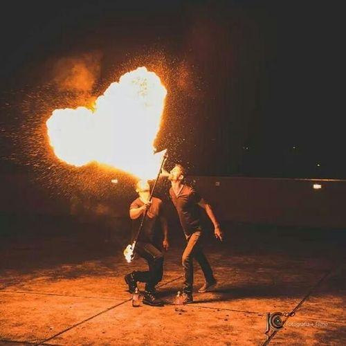 Ai vc está fuçando o face e encontra essa foto *-* haha é impressão minha ou o fogo ta parecendo um coração? Kkk Twisterbartenders Pirofagia Jcfotoevideo